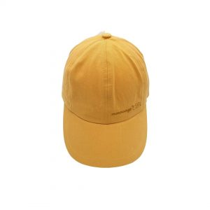 Esta gorra con visera ocre de algodón, es un modelo con visera y goma en la parte de detrás de la cabeza para un mejor ajuste en la cabeza de los peques.