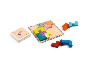 El juego de habilidad Polyussimo de Djeco es un juego encajable de 2 dimensiones de 12 piezas de madera, donde la paciencia es la clave para que puedas completar los retos propuestos en las cartas-desafío.