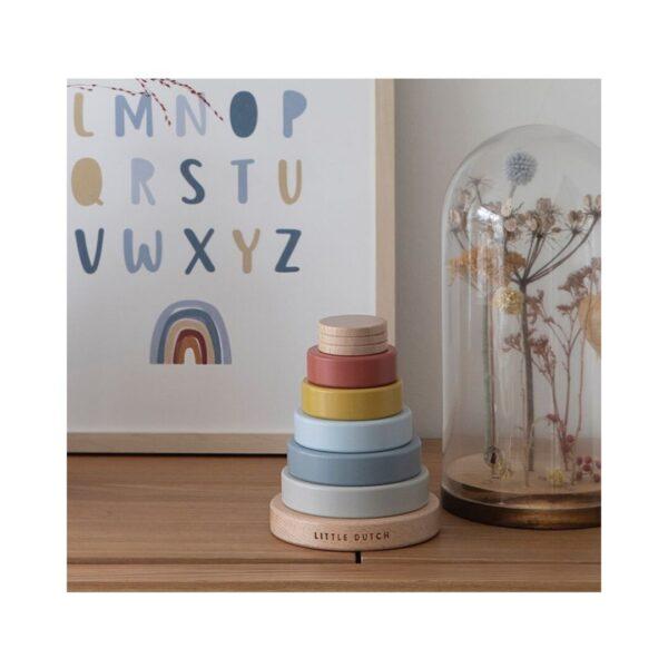 Los pequeños anillos apilables de Little Dutch, son un primer juguete para los peques en el que podrán apilar, ordenar y aprender los colores.