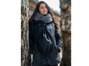 abrigo de embarazo y porteo repelente al agua de color negro modelo wallaby marca wombat london